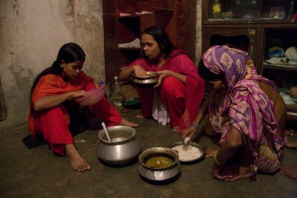 oli Akhter, obrera de la confecció, i la seva familia esmorzant. Dhaka, Bangladesh, August 2009. Foto de Taslima Akhter/Clean Clothes Campaign